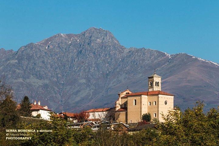 La chiesetta di San Lorenzo osserva il Mucrone