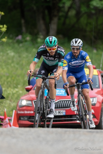 Battle between Gregor Muehlberger and Julian Alaphilippe